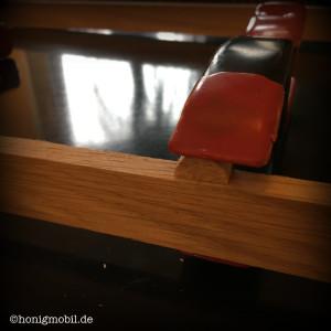 Der Holzleim hält am Besten, wenn beim Aufleimen Druck ausgeübt wird.