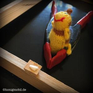 Wir verwenden Holzleim und Klemmen zum Anbringen der Abstandsregler.